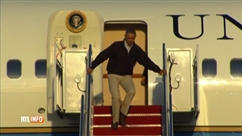 Barack Obama rate une marche en quittant Air Force One