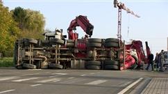 Accident spectaculaire à Gozée: un bus rempli de passagers percute un camion et le renverse
