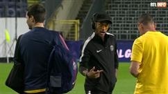 Lunettes de soleil et casque sur la tête, Neymar fait quelques pas de danse lors de l'entrainement du PSG