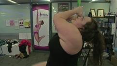 Xanthea pèse plus de 100 kilos et prouve que sa passion pour le pole dance n'est pas réservé qu'aux filles minces