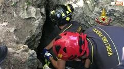 Le sauvetage poignant d'un chiot en Italie: les pompiers ont eu besoin de 48 heures pour le sortir d'une grotte
