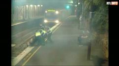 C'était moins une: elle est évacuée des voies juste avant l'arrivée d'un train