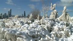 Impresionnantes images des sculpture de glace naturelles formées sur les bords du lac Michigan