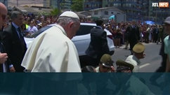 Une policière chilienne tombe de cheval devant le pape... Il descend de sa papamobile pour l'aider