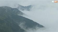 Des arbres couverts de neige et une mer de nuages créent un paysage enneigé féérique en Chine (vidéo)
