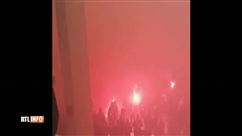Des supporters du Standard, fumigènes à la main, débarquent à la Gare Centrale