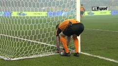 """""""C'est hallucinant!"""": l'arbitre rafistole le filet du but avec du ruban adhésif avant la finale Genk - Standard"""