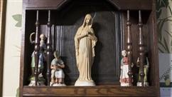 Il y a 4 ans, la vierge de Jalhay s'illuminait pour la première fois, aujourd'hui, Nadia, sa propriétaire, aurait des dons de guérisseuse