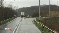 Un camion entre sur l'autoroute par la sortie