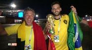 Un supporter brésilien donne sa Coupe du monde à un Belge: