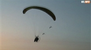 Un jeune Flamand vole en paramoteur avec ses oies: