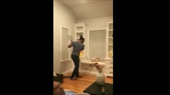 Ils jouent un match de tennis avec les ronflements de leur père