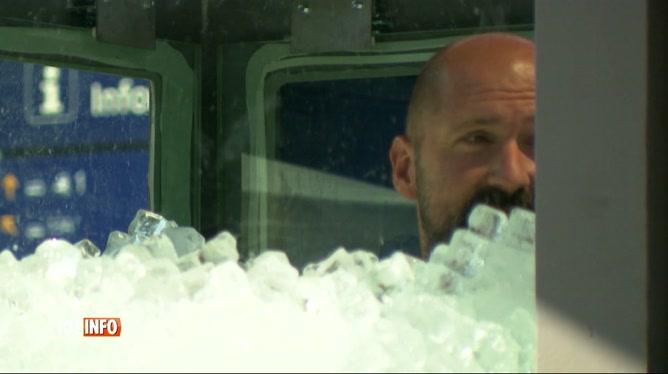Un Autrichien passe plus de 2 heures dans un récipient rempli de glace
