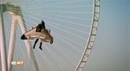 Jetman vole a plus de 1000 mètres d'altitude au dessus de Dubaï