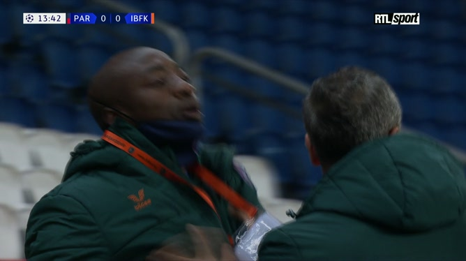 Du jamais vu: le match PSG-Basaksehir interrompu pour propos racistes supposés du 4e arbitre (vidéo)