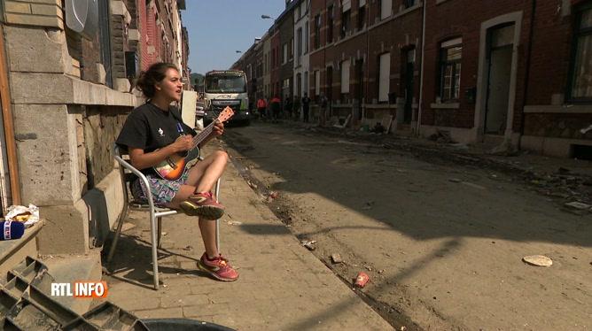 Florence, une artiste sinistrée de Chênée, avait chanté parmi les décombres: