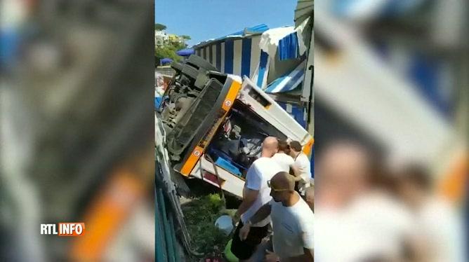 Un minibus sort de la route et tombe sur une plage en Italie: le chauffeur est décédé, une dizaine de blessés