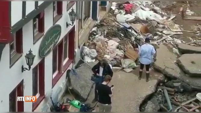 Une journaliste se couvre de boue pour faire croire qu'elle aide les sinistrés